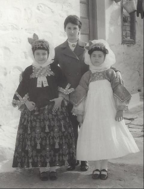 Η Ελένη Σιάγκου με τους μαθητές της στην Αλόννησο το 1970