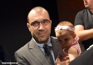 Ο προφυλακισμένος  Βουλευτής Μαγνησίας της Χρυσής Αυγής Παναγιώτης Ηλιόπουλος ορκίστηκε κρατώντας στα χέρια του την κόρη του.