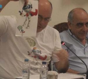 """Ο Αχιλλέας Μπέος κρατώντας την εκτυπωμένη φιγούρα του """"Νικόλα"""""""