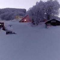 Από νωρίς το πρωί τα μηχανήματα έστρωναν το χιόνι στις πίστες για να υποδεχτούν τους πρώτους σκιερ