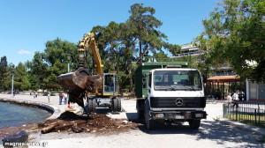 Είκοσι τόνοι σκουπίδια φορτώνονται στο φορτηγό και απομακρύνονται από την περιοχή μπροστά στον Αγ.Κωνσταντίνο.