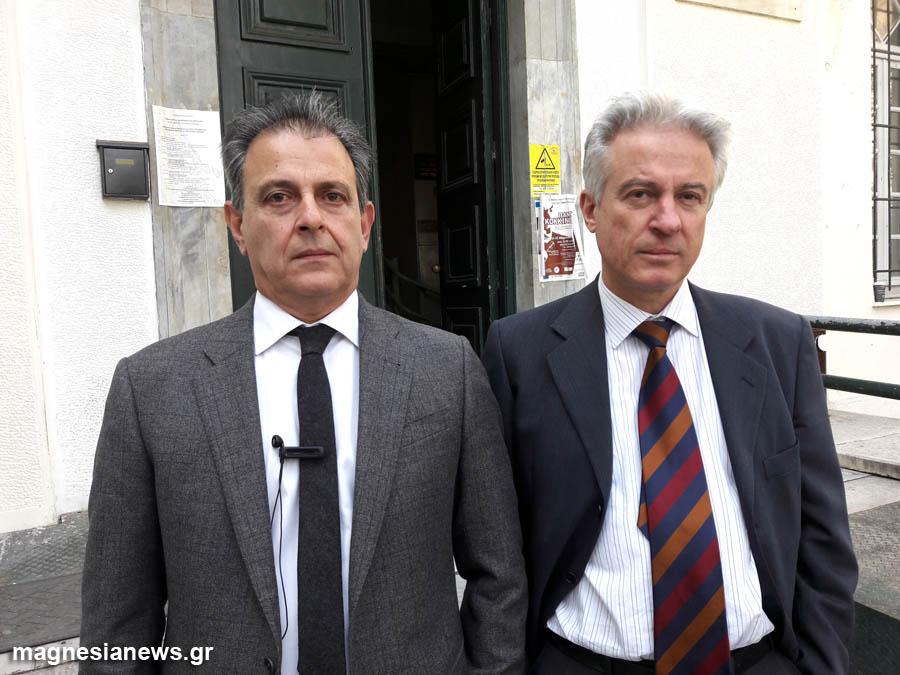 Ο συνήγορος του Αχιλλέα Μπέου Γιώργος Σινέλης (αριστερά) και ο συνήγορος της Κατερίνας Τασσοπούλου, Νίκος Παπαπέτρου, σήμερα έξω από το Δικαστικό Μέγαρο Βόλου.