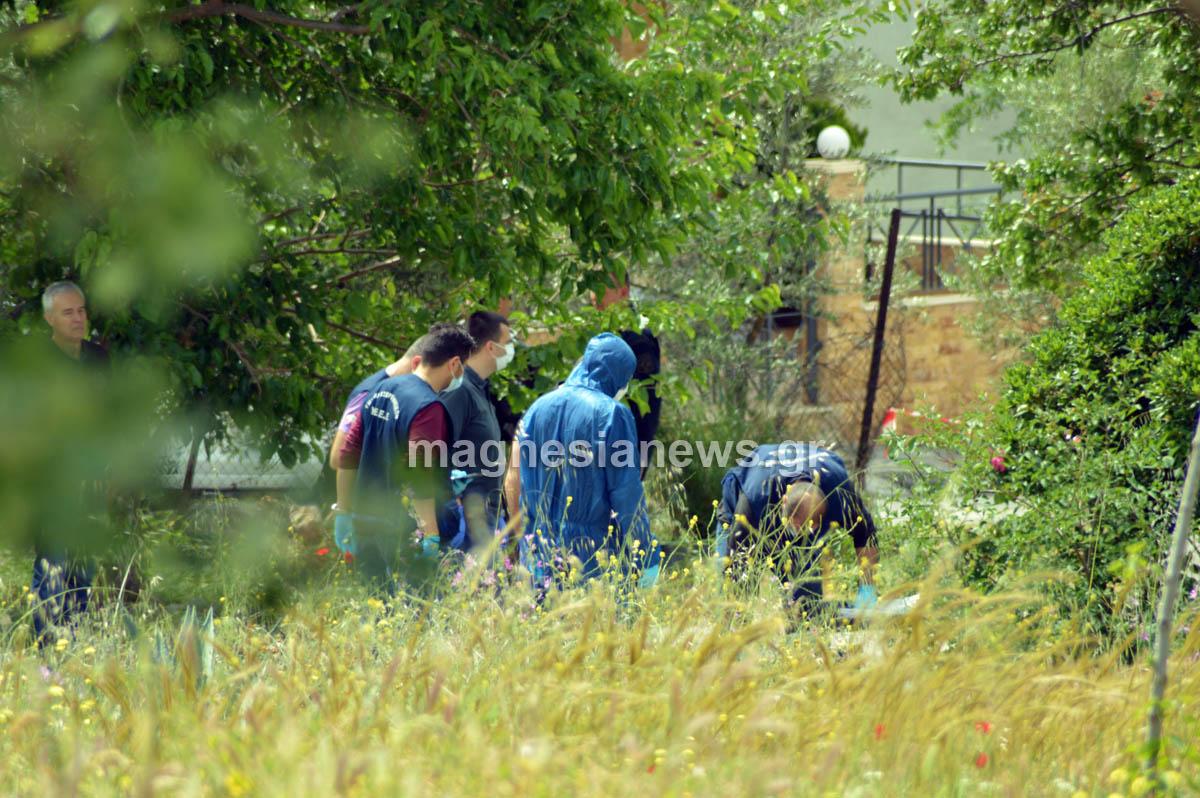 Αστυνομικοί του Εγκληματολογικού ερευνούν σπιθαμή προς σπιθαμή την περιοχή έξω από το σπίτι όπου εκτιμάται ότι έγινε η ανθρωποκτονία.