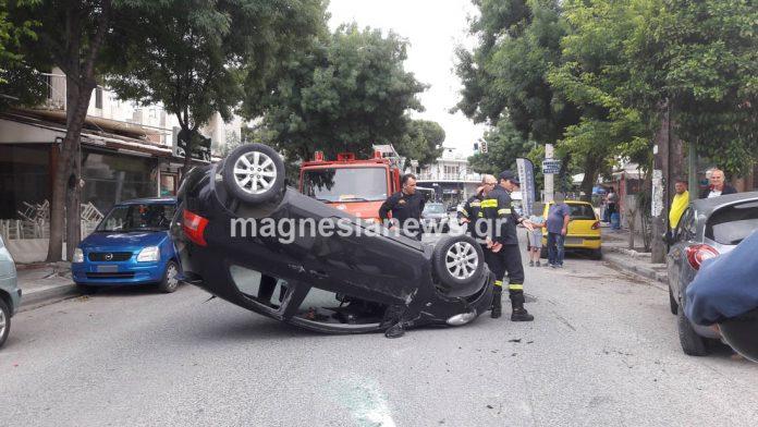 ΙΧ αυτοκίνητο τούμπαρε χθες το απόγευμα σε κεντρικό δρόμο του Βόλου