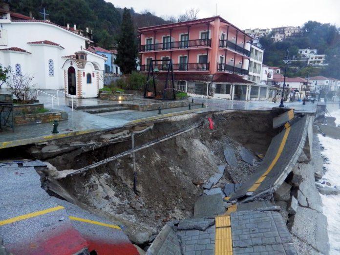 Καταστροφές στη Μαγνησία - Κατέρρευσε ο παραλιακός δρόμος στον Αη Γιάννη Πηλίου!
